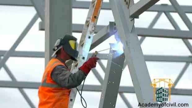 یکی از موارد در مقایسه اسکلت فلزی و بتنی ، سهولت اجرای اسکلت بتنی و نیاز به نیروی متخصص در اجرای اسکلت فلزی است.